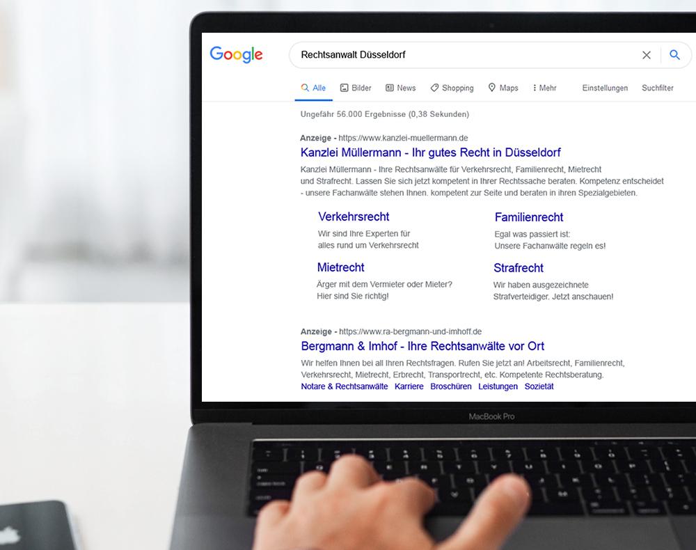 Kanzleimarketing: MacBook mit Suchmaschinenwerbung für Rechtsanwälte