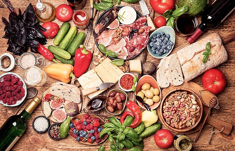 Priming: Ein Tisch voller italienischer Leckereien